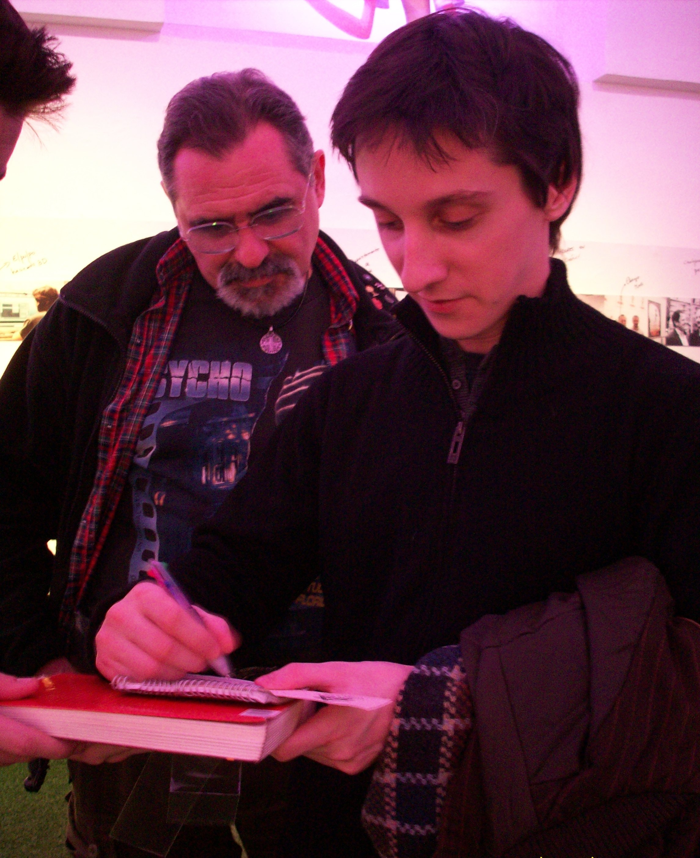 Tan joven… y ya firmando autógrafos (¡ESA, Nico!).